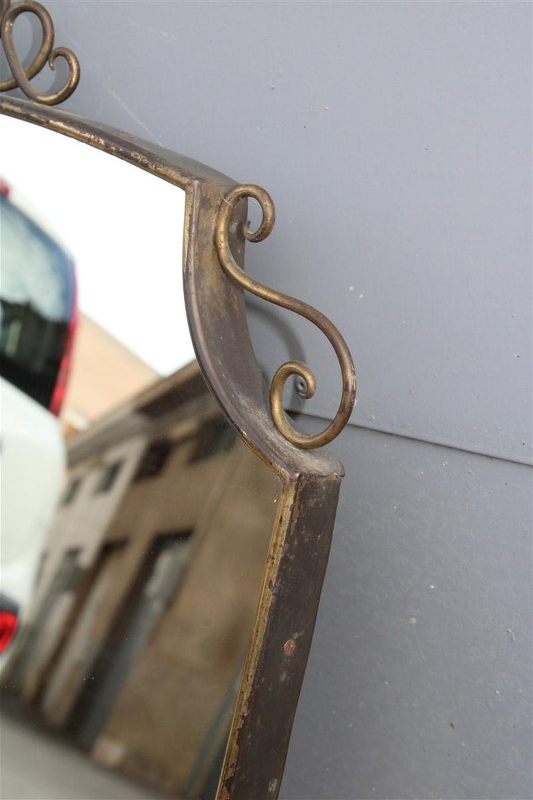 Shaped Mirror in Gold Brass with Italian Design Decorations In Good Condition For Sale In Palermo, Sicily