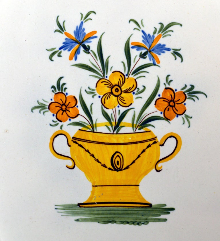 Georgian Shell-Edge Prattware Oval Dish Painted with an Urn of Flowers, 1800-1820 For Sale