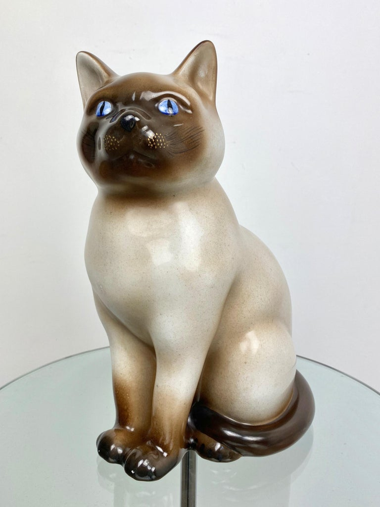 Siamese cat with blu eyes sculpture in ceramic by the Italian Pietro Fornasetti. Made in Italy, circa 1960.   The original stamp is still on the bottom (shown in pictures).