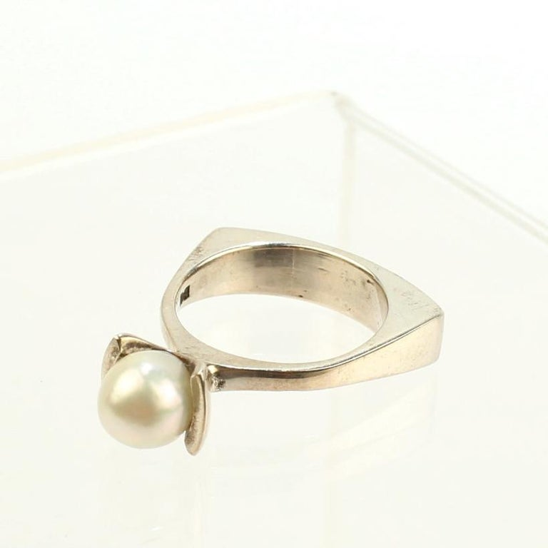Signed Wesley Emmons Rocker Shank Modernist Sterling Silver and Pearl Ring In Good Condition For Sale In Philadelphia, PA