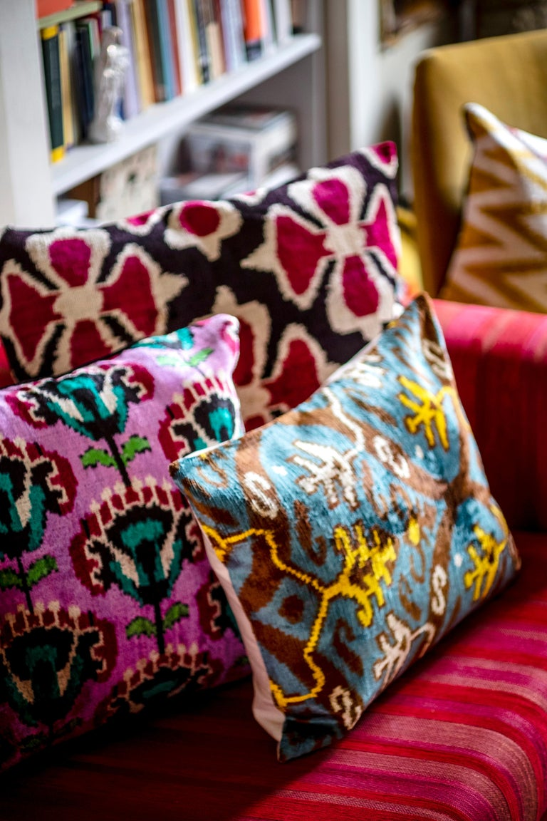 The softness of velvet and the brightness of silk join in this wonderful cushion inspired by the graphic and patterns of Mediterranean and ottoman style 