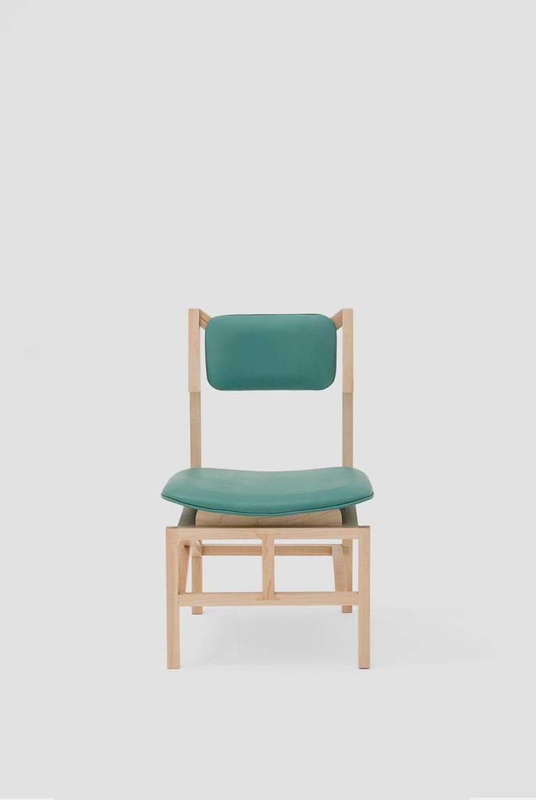 Silla México is a dining room chair fabricated in maple wood and green leather seats designed by Marco Rountree for Breur Estudio. This piece is part of Arte y Ebanistería, a collection in which Breur Estudio collaborated with renowned Mexican