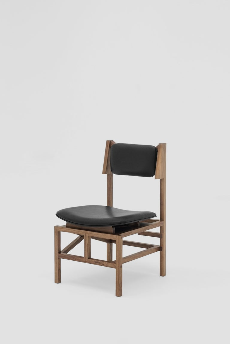Silla México is a dining room chair fabricated in walnut wood and black leather seats designed by MarCo Rountree for BREUR ESTUDIO. This piece is part of Arte y Ebanistería, a collection in which BREUR ESTUDIO collaborated with renowned Mexican