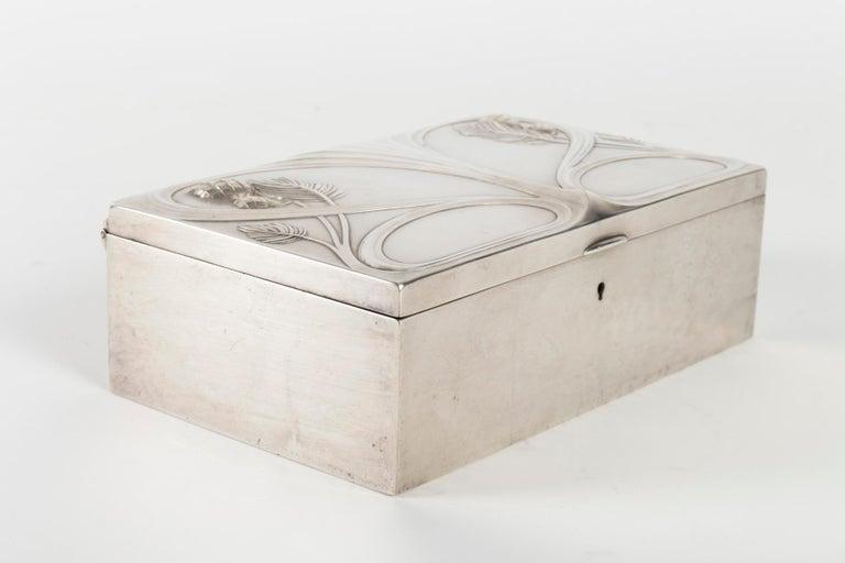 Silvered metal Art Nouveau period box, satin furnished interior, 1910 Measures: L 22cm, H 8cm, P 13cm.