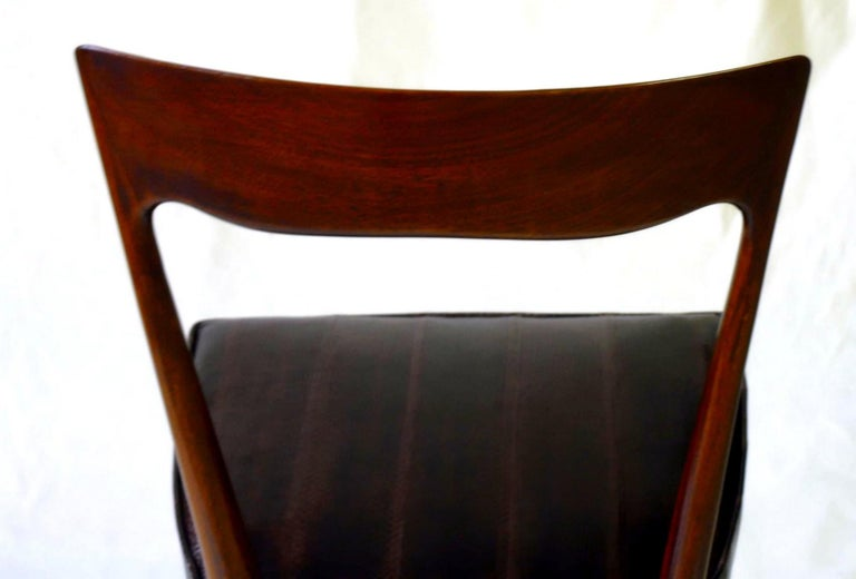 Silvio Cavatorta Four Dining Chairs, Fully Restored, Mahogany and Snake Leather For Sale 11