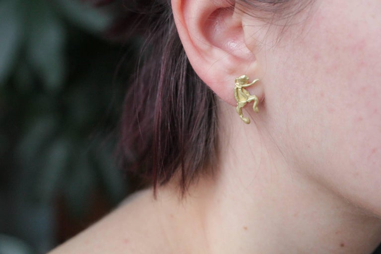 Single 18 Karat Gold Stud Figurine Earring Minimalist Dynamic Modern Sculpture In New Condition For Sale In New York, NY