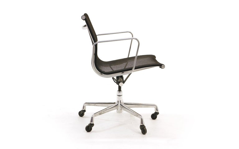 Mid-Century Modern Single Aluminum Group Desk Chair, Black Mesh, by Charles and Ray Eames For Sale