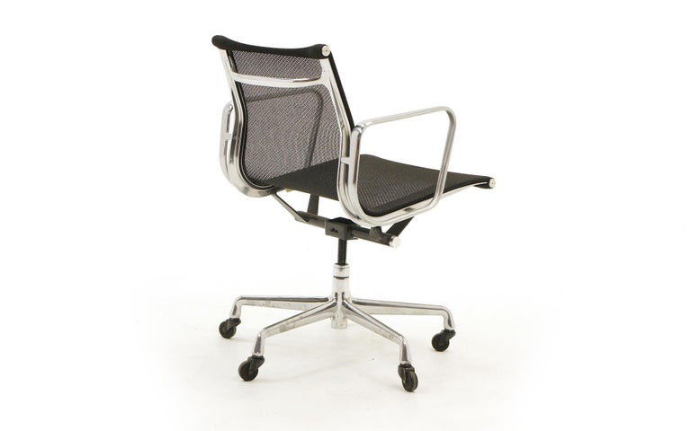 American Single Aluminum Group Desk Chair, Black Mesh, by Charles and Ray Eames For Sale