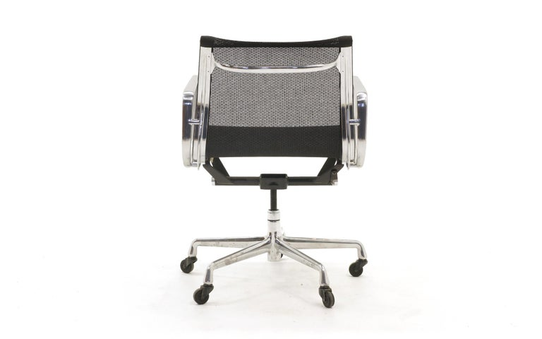 Single Aluminum Group Desk Chair, Black Mesh, by Charles and Ray Eames In Good Condition For Sale In Kansas City, MO