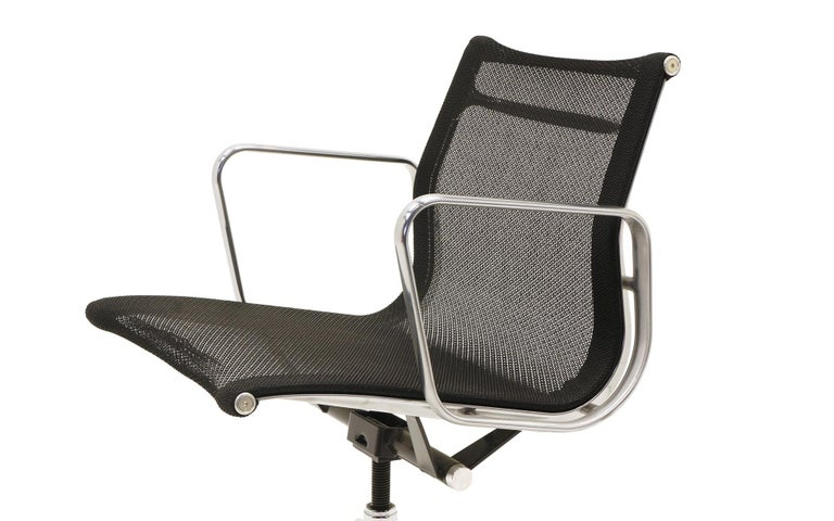 Single Aluminum Group Desk Chair, Black Mesh, by Charles and Ray Eames For Sale 2