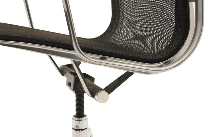Single Aluminum Group Desk Chair, Black Mesh, by Charles and Ray Eames For Sale 3
