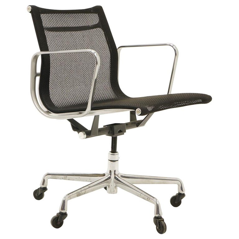 Single Aluminum Group Desk Chair, Black Mesh, by Charles and Ray Eames For Sale