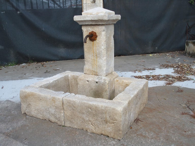 Single Pillar French Limestone Fountain from Provence In Good Condition For Sale In Dallas, TX
