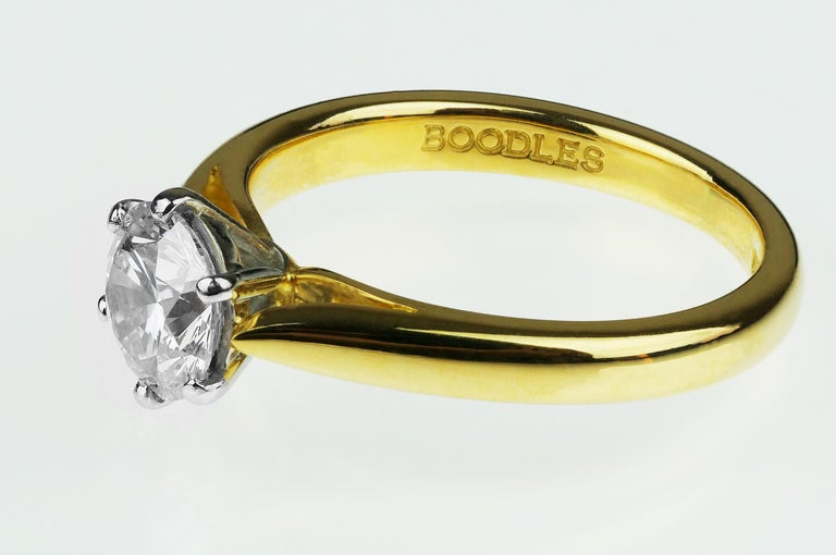 Boodles Single Stone Round Diamond Engagement Ring, British Hallmarked 18K Gold In Excellent Condition In London, GB