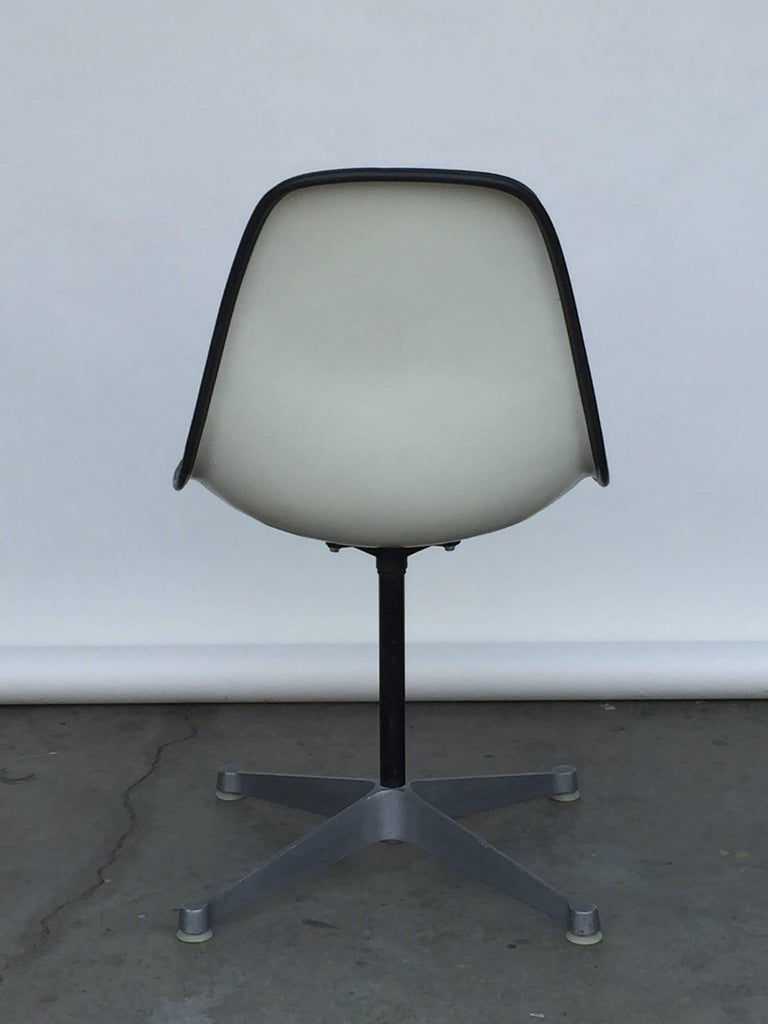 Single Vintage Fabric Contractor Base Eames Swiveling Chair In Excellent Condition For Sale In Los Angeles, CA