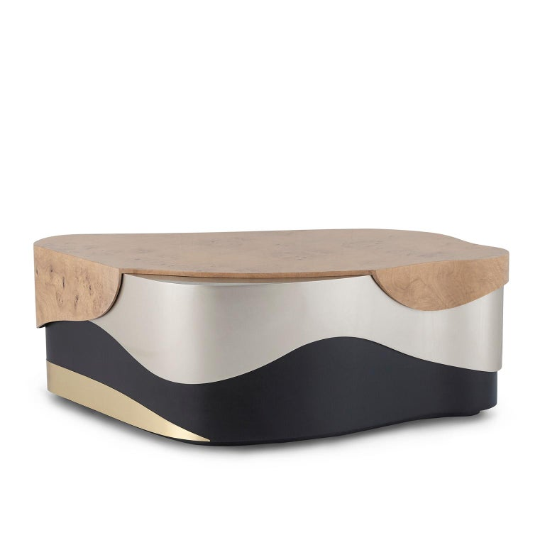 Coffee table with top in oak root veneer with satin finish. Wooden base lacquered in satin black and high-gloss champagne-colored bronze powder. Inlay metal details in brushed brass with a high-gloss finish.  Sistelo coffee table  FI007 Black