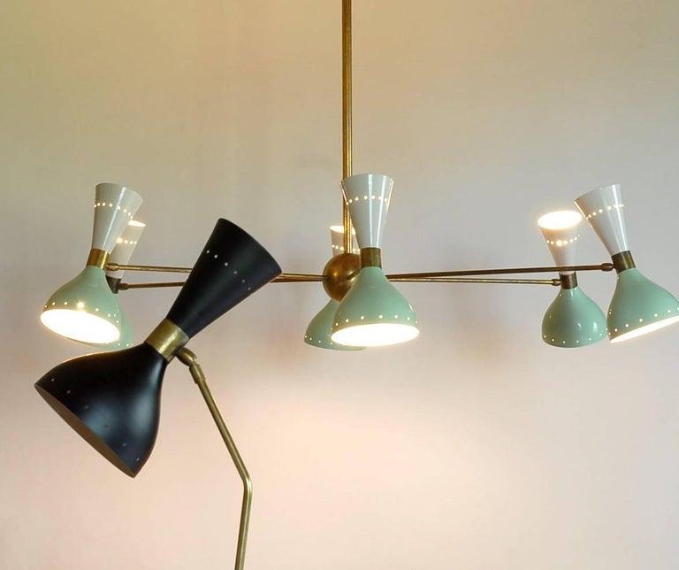 Sechsarmiger Messing-Kronleuchter mit weißen und hellgrünen Lampenschirmen im Stil von Stilnovo 10