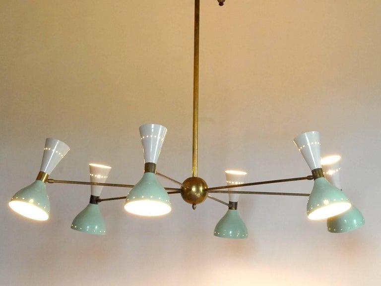 Sechsarmiger Messing-Kronleuchter mit weißen und hellgrünen Lampenschirmen im Stil von Stilnovo 2