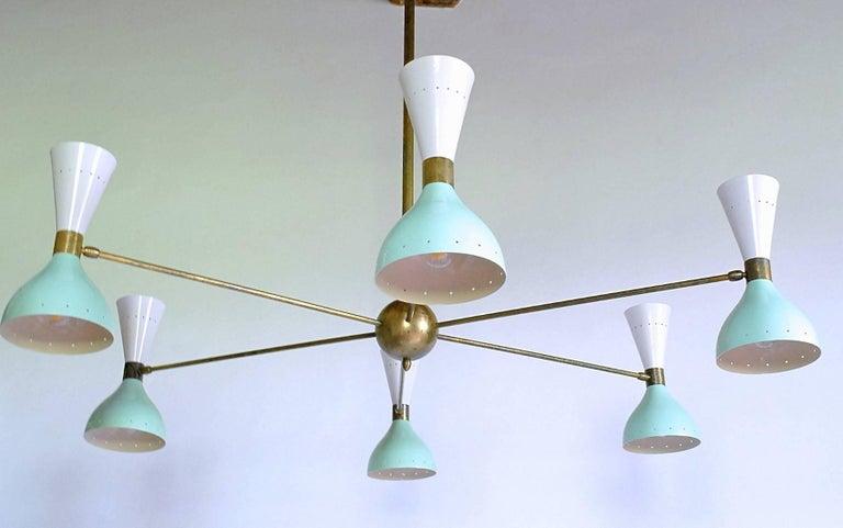 Sechsarmiger Messing-Kronleuchter mit weißen und hellgrünen Lampenschirmen im Stil von Stilnovo 3