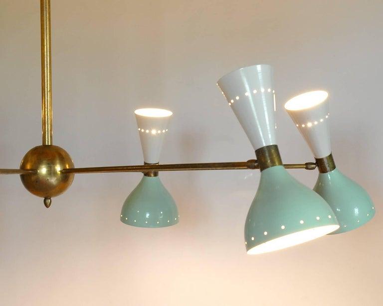 Sechsarmiger Messing-Kronleuchter mit weißen und hellgrünen Lampenschirmen im Stil von Stilnovo 4
