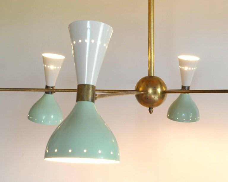 Sechsarmiger Messing-Kronleuchter mit weißen und hellgrünen Lampenschirmen im Stil von Stilnovo 5