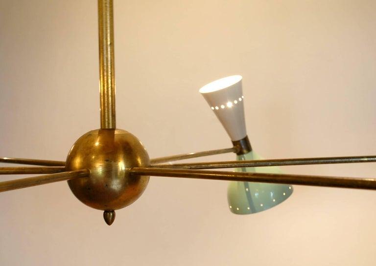 Sechsarmiger Messing-Kronleuchter mit weißen und hellgrünen Lampenschirmen im Stil von Stilnovo 6