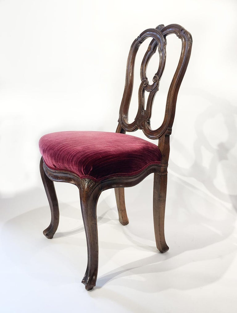 Six carved walnut chairs Venice, mid-18th century Height 35.03 in (18.70 in to the seat) x 19.09 in x 18.30 in  (89 cm - 47.5 cm to the seat - x 48.5 cm x 46.5 cm) State of conservation: slight chipping on the edges and some signs of use. Some