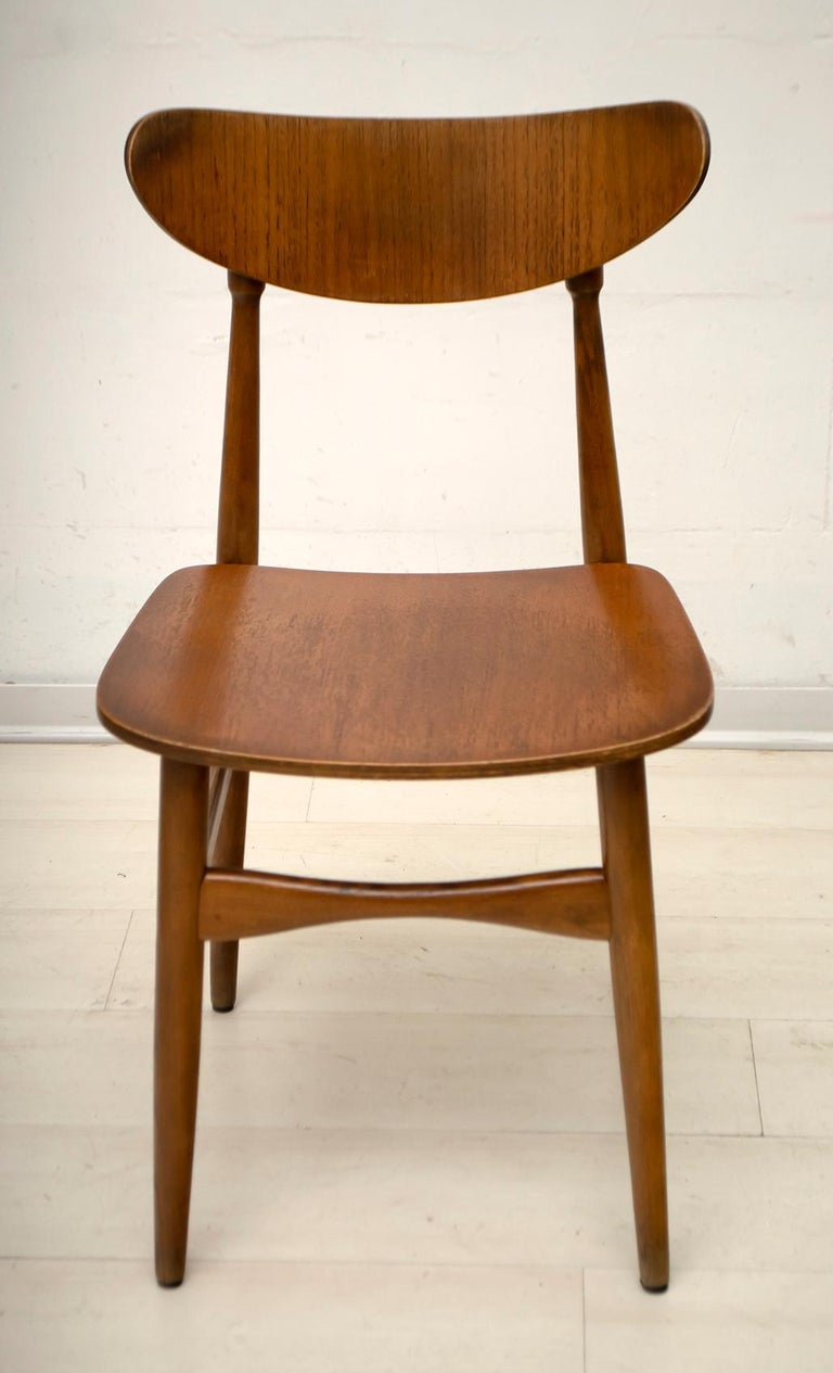 6 beautiful Danish dining chairs with curved wooden seats and backs. The chairs are made of oakwood, produced in the 1960s.