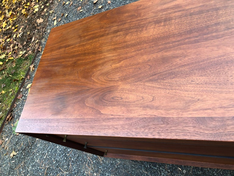 Sleek Walnut Mid-Century Modern Chest of Drawers Credenza In Good Condition For Sale In Hopewell, NJ