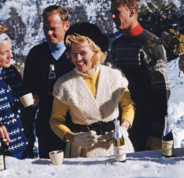 Slim Aarons: Apres Ski (Slim Aarons Estate Edition) - Realist Photograph by Slim Aarons