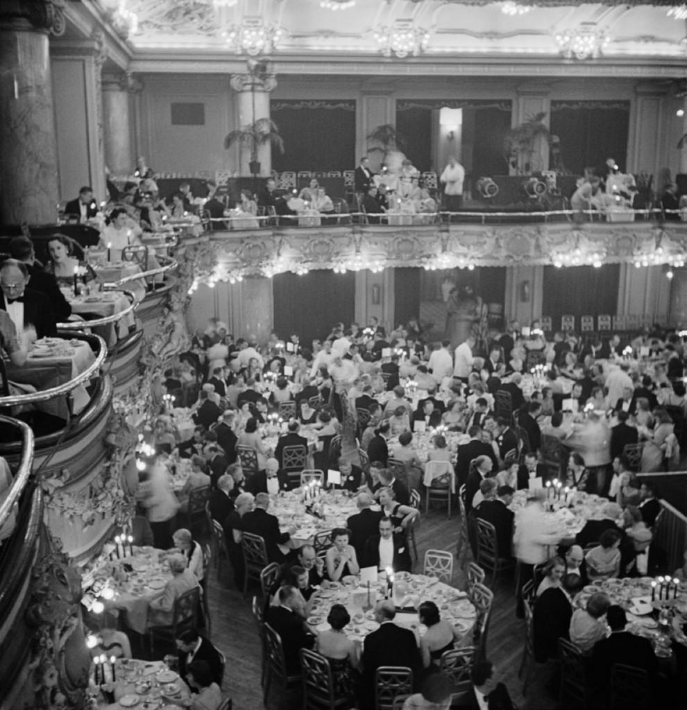Slim Aarons Estate Print - Luxury Dining 1955 - Oversize