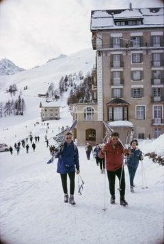 Slim Aarons, Skiers In St. Moritz II (Estate Edition)