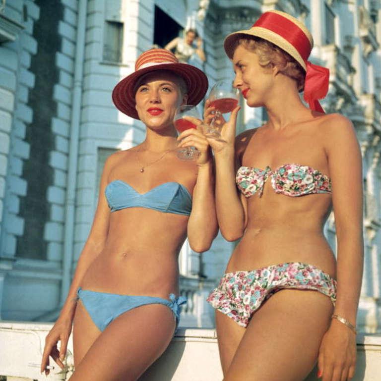 Slim Aarons Figurative Photograph - Sundowners at the Carlton, Cannes