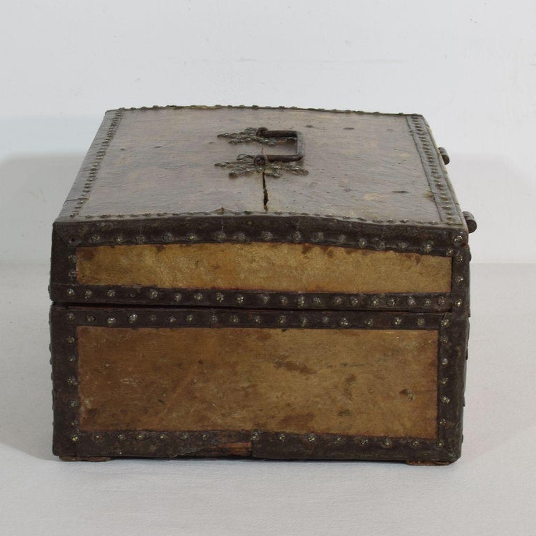 Small 17th Century, French Coffer or Box in Leather In Good Condition For Sale In Amsterdam, NL