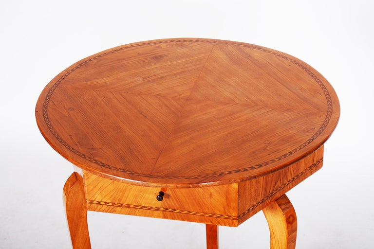 Czech Small Brown Elm Biedermeier Side Round Table, Austria, 1780s, Shellac Polished For Sale