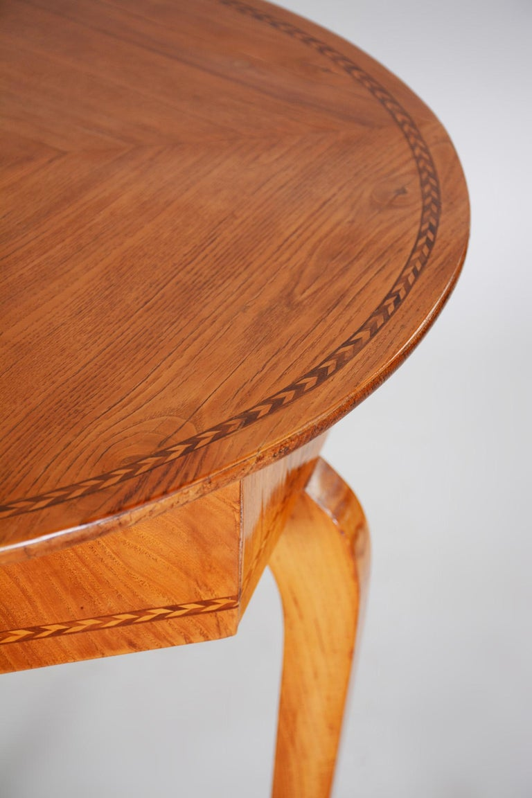 Small Brown Elm Biedermeier Side Round Table, Austria, 1780s, Shellac Polished In Good Condition For Sale In Prague 1, CZ