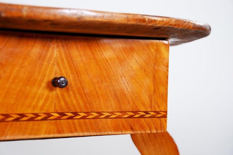 Small Brown Elm Biedermeier Side Round Table, Austria, 1780s, Shellac Polished For Sale 1