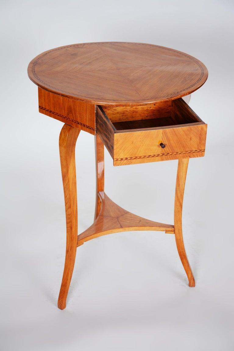 Small Brown Elm Biedermeier Side Round Table, Austria, 1780s, Shellac Polished For Sale 2