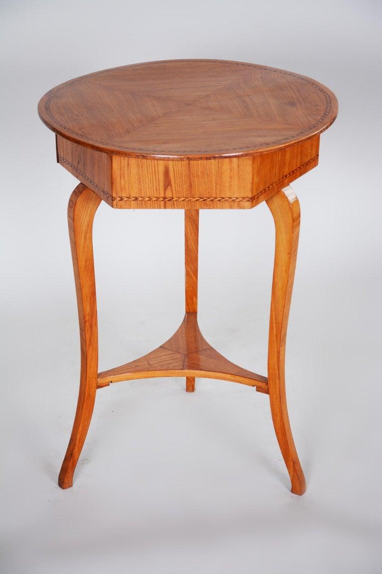 Small Brown Elm Biedermeier Side Round Table, Austria, 1780s, Shellac Polished For Sale 3