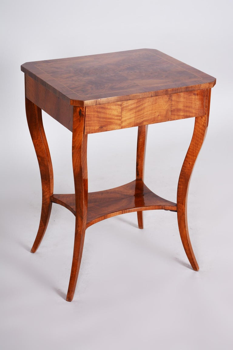 Small Brown Walnut Biedermeier Side Table, Austria, 1830s, Shellac Polished In Good Condition For Sale In Prague 1, CZ