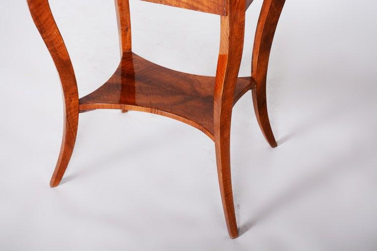 Small Brown Walnut Biedermeier Side Table, Austria, 1830s, Shellac Polished For Sale 1
