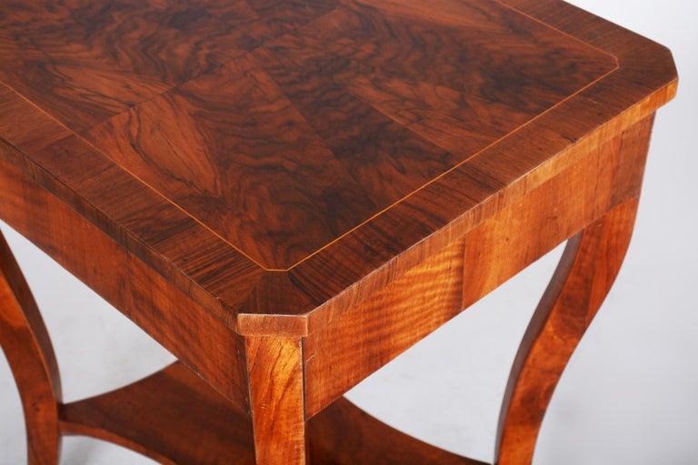 Small Brown Walnut Biedermeier Side Table, Austria, 1830s, Shellac Polished For Sale 2