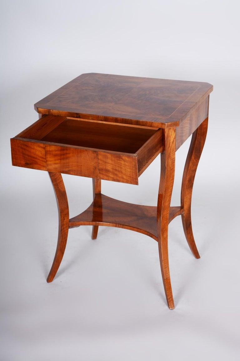 Small Brown Walnut Biedermeier Side Table, Austria, 1830s, Shellac Polished For Sale 3
