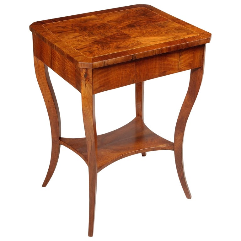 Small Brown Walnut Biedermeier Side Table, Austria, 1830s, Shellac Polished For Sale