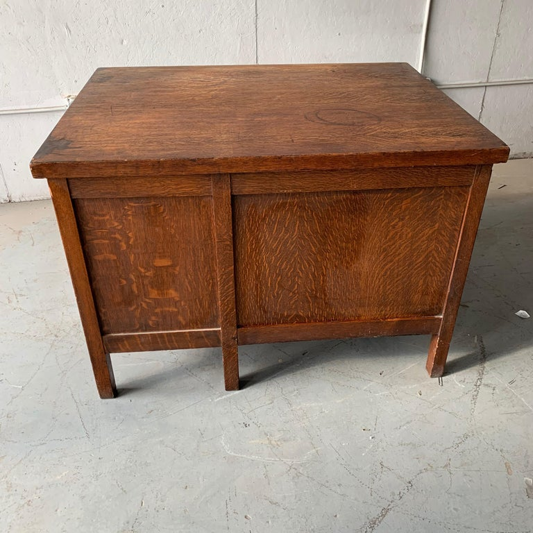 Small Early 20th Century American 3-Drawer Office Desk For Sale 11