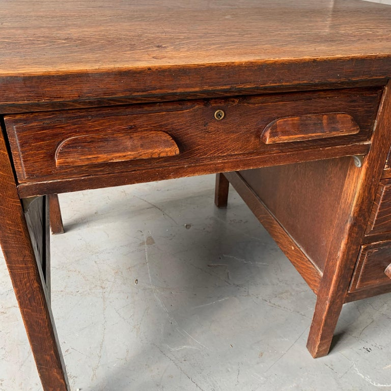 Small Early 20th Century American 3-Drawer Office Desk For Sale 16