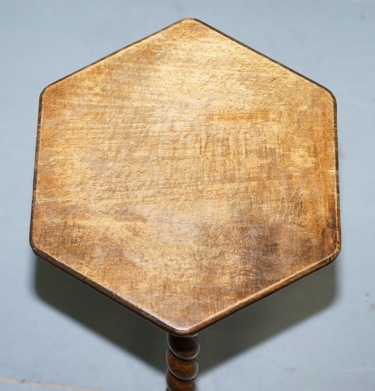 Small Edwardian English Oak Side, End, Lamp, Wine Table with Barley Twist Legs In Good Condition In London, GB