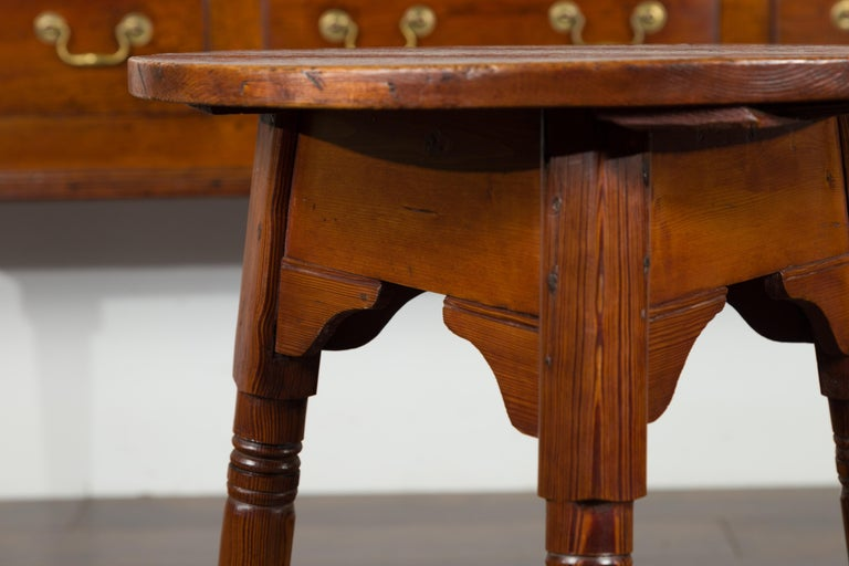 Small English 1840s Pine Cricket Table with Carved Apron and Turned Legs In Good Condition For Sale In Atlanta, GA