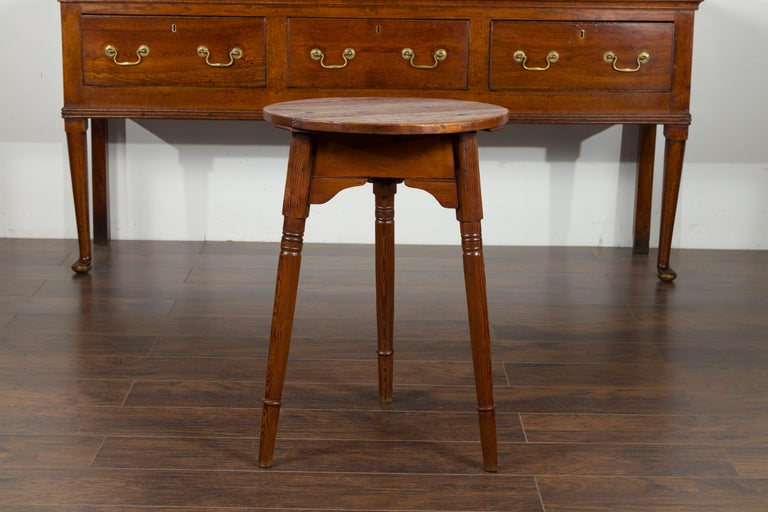 Small English 1840s Pine Cricket Table with Carved Apron and Turned Legs For Sale 2