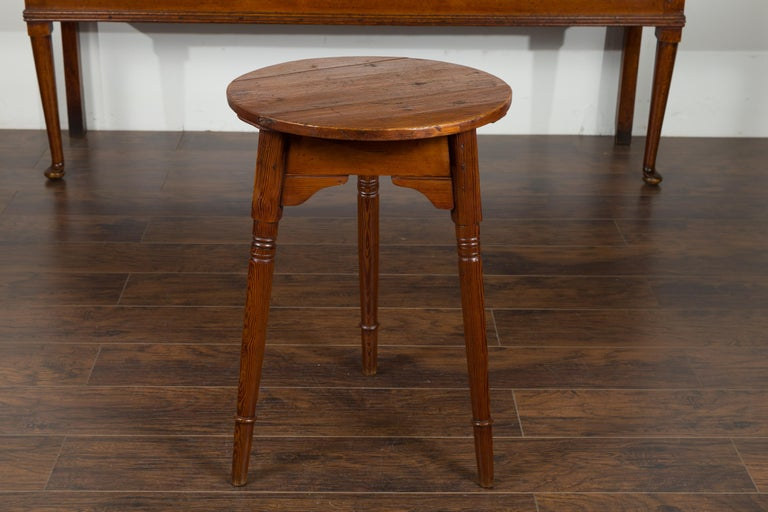 Small English 1840s Pine Cricket Table with Carved Apron and Turned Legs For Sale 4